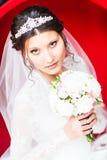 De donkerbruine manier van het bruidportret met tiara en huwelijksboeket Royalty-vrije Stock Fotografie