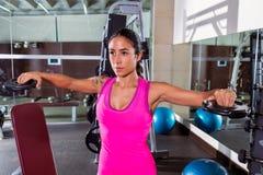 De donkerbruine meisjesplaat heft de training van de vliegenvlieg bij gymnastiek op Stock Fotografie
