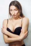 De donkerbruine mooie sexy zwarte lingerie van meisjes grote borsten, Studioschot Royalty-vrije Stock Foto
