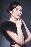 De donkerbruine Retro Vrouw met rode lippen maakt omhoog en het kapsel van de golfklap Royalty-vrije Stock Fotografie