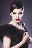 De donkerbruine Retro Vrouw met rode lippen maakt omhoog en het kapsel van de golfklap Stock Afbeelding