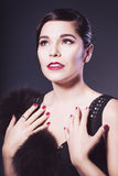 De donkerbruine Retro Vrouw met rode lippen maakt omhoog en het kapsel van de golfklap Royalty-vrije Stock Foto