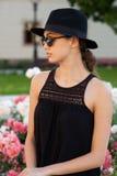 De donkerbruine schoonheid van de de zomermanier in openlucht Royalty-vrije Stock Afbeelding