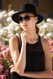 De donkerbruine schoonheid van de de zomermanier in openlucht Stock Foto