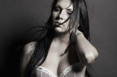 De donkerbruine sexy vrouw van de schoonheid Stock Fotografie