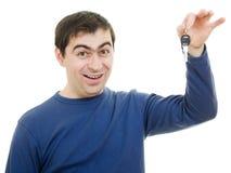 De donkerbruine sleutels van de jonge mensenholding in zijn hand Royalty-vrije Stock Foto