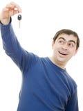 De donkerbruine sleutels van de jonge mensenholding in zijn hand Royalty-vrije Stock Afbeelding