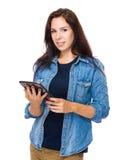 De donkerbruine tablet van het vrouwengebruik Stock Foto