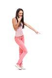 De donkerbruine tiener lacht iets uit Stock Fotografie