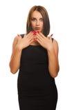 De donkerbruine verraste vrouw wekte mooi op werpt Stock Fotografie