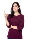 De donkerbruine vrouw denkt aan idee Stock Fotografie