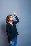 De donkerbruine vrouw dertig jaar toont omhoog duim Royalty-vrije Stock Fotografie