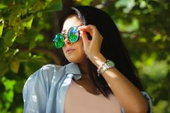 De donkerbruine vrouw draagt om zonnebril met bezinning Royalty-vrije Stock Foto's