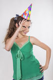 De donkerbruine Vrouw in een Verjaardag GLB maakt O.k. cijfer Stock Foto's