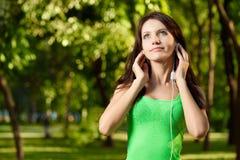 De donkerbruine vrouw geniet van de muziek Stock Foto's