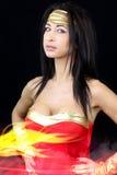 De donkerbruine vrouw kleedde zich als superhero Stock Afbeeldingen