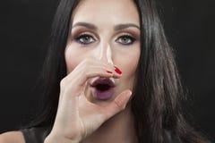 De donkerbruine vrouw maakt o-teken Royalty-vrije Stock Foto