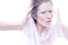 De donkerbruine vrouw met creatief maakt omhoog in de winterstijl met wit Stock Afbeelding
