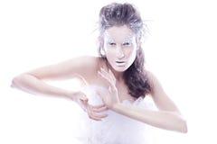 De donkerbruine vrouw met creatief maakt omhoog in de winterstijl met wit Stock Foto