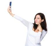 De donkerbruine vrouw neemt selfie door smartphone Stock Afbeelding