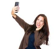 De donkerbruine vrouw neemt selfie met cellphone Stock Foto