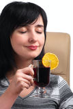 De donkerbruine vrouw ruikt overwogen wijn Royalty-vrije Stock Foto's