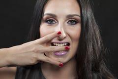 De donkerbruine vrouw toont E in gebarentaal Royalty-vrije Stock Foto