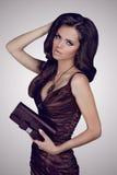 De donkerbruine vrouw van de manier in elegante kleding Stock Afbeeldingen