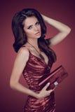 De donkerbruine vrouw van de manier in elegante kleding Royalty-vrije Stock Foto