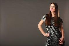 De donkerbruine vrouw van de manier in elegante kleding Stock Foto