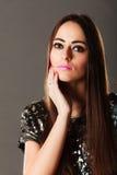De donkerbruine vrouw van de manier in elegante kleding Royalty-vrije Stock Afbeelding