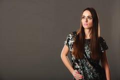 De donkerbruine vrouw van de manier in elegante kleding Stock Foto's