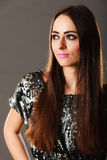 De donkerbruine vrouw van de manier in elegante kleding Stock Afbeelding