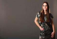 De donkerbruine vrouw van de manier in elegante kleding Royalty-vrije Stock Afbeeldingen