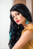 De donkerbruine vrouw van de manier Krullende Haar en Make-up Royalty-vrije Stock Fotografie