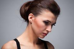 De donkerbruine vrouw van de manier. Make-up. Kapsel. Royalty-vrije Stock Foto