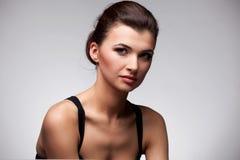 De donkerbruine vrouw van de manier. Make-up. Kapsel. Royalty-vrije Stock Foto's