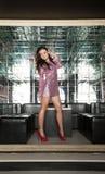 De donkerbruine vrouw van de manier in nachtclub Royalty-vrije Stock Afbeeldingen