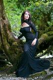 De Donkerbruine vrouw van de schoonheid in het bos van Abchazië Stock Fotografie