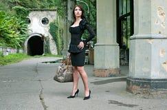 De Donkerbruine vrouw van de schoonheid in het bos van Abchazië Stock Afbeelding