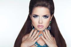 De donkerbruine vrouw van de schoonheidsmanier makeup De Spijkers van Manicured Lange hai Royalty-vrije Stock Fotografie