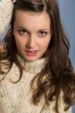 De donkerbruine vrouw van de winter in beige sweater Stock Afbeelding