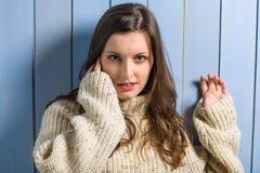 De donkerbruine vrouw van de winter in beige sweater Royalty-vrije Stock Fotografie