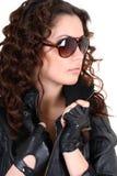 De donkerbruine vrouw van Glamorouse in leerjasje Royalty-vrije Stock Foto