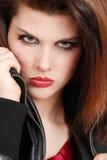 De donkerbruine vrouw van Headshot met leerjasje Royalty-vrije Stock Foto's