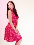 De donkerbruine vrouw van het portret pinup meisje in retro rode kleding. Wijnoogst. Royalty-vrije Stock Fotografie