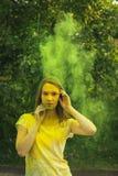 De donkerbruine vrouw van Nice met exploderend groen droog poeder Royalty-vrije Stock Fotografie