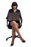 De donkerbruine vrouw van Pleasured in donkere kleding Royalty-vrije Stock Foto's