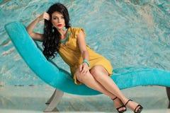De Donkerbruine Vrouw van de de zomerstijl Vrouwelijk ModelRelaxing Royalty-vrije Stock Fotografie