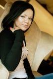 De donkerbruine vrouw zit als voorzitter Royalty-vrije Stock Fotografie